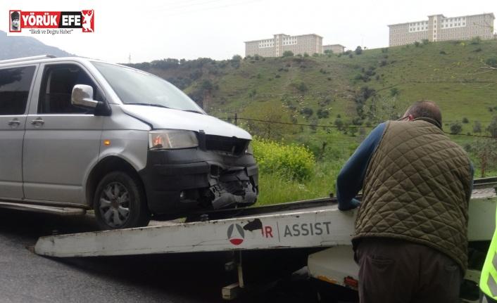 Efeler'de 2 araç kafa kafaya çarpıştı