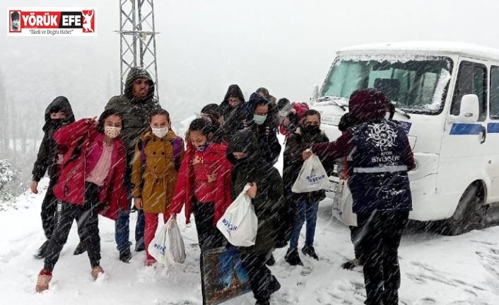 Karda mahsur kalan öğrencilerin yardımına Büyükşehir ekipleri yetişti