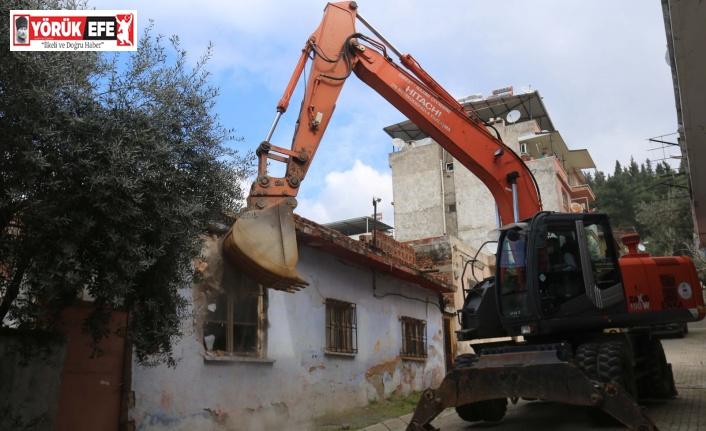 Tehlike saçan metruk bina Efeler Belediyesi tarafından yıkıldı