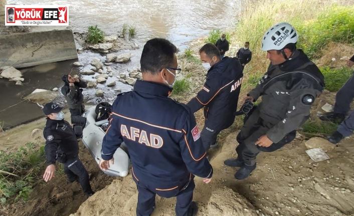 AFAD kıyıdan, dalgıçlar nehirde arıyor