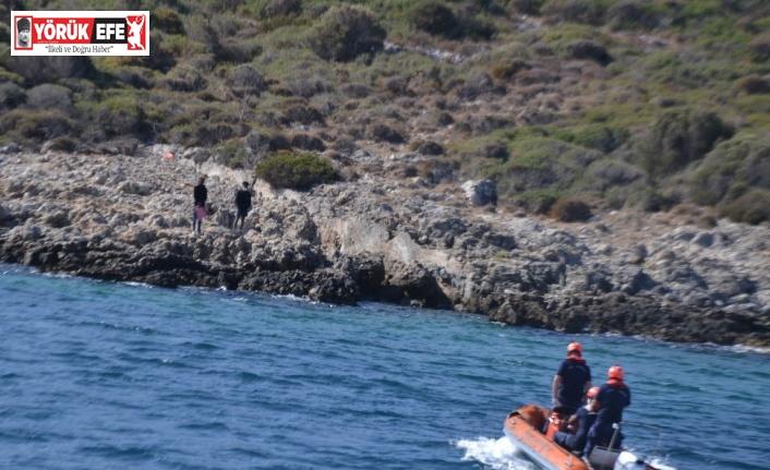 Kayalıklarda mahsur kalan iki düzensiz göçmen kurtarıldı