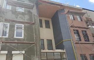 Söke'de inşaattan düşen 2 işçi yaralandı.
