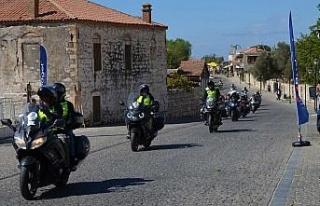16 ülkeden 200'ü aşkın motorcu Apollon Tapınağı'nı...
