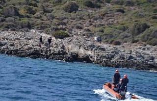 Kayalıklarda mahsur kalan iki düzensiz göçmen...