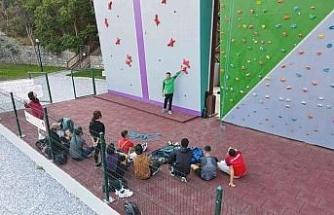 Efeler Belediyesi'nin tırmanma duvarı BESYO öğrencilerini ağırladı